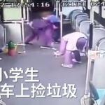 【動画】中国、路線バスで乗客がゴミを残したまま下車、3人の小学生がゴミ拾い [海外]