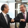 【画像】二階幹事長、中国 王毅国務委員兼外交部長(外相)と満面の笑みで会食。「コロナが落ち着いたらさらに交流を拡大する」