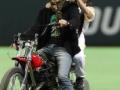 【朗報】元SMAP森且行君、始球式にバイクで登場