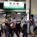 【動画】大阪・天王寺駅で若者とおっさんが大喧嘩して電車が止まるw これどっちが悪いんだ?