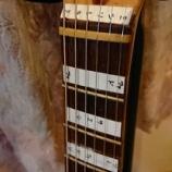 『ギターの指板にドレミのシールを貼っつけてみた』の画像