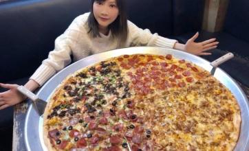 【画像】超巨大ピザが話題に!これ何人分だwwwwwwww