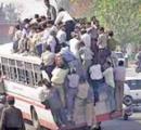 定員28人乗りのバスに60人以上が乗車、谷に転落して48人が死亡