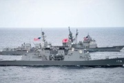 空母打撃群が海自艦と並走 米太平洋軍が写真公表
