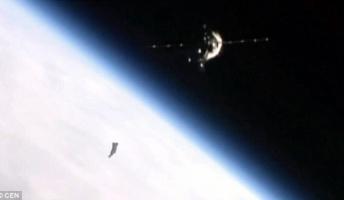 【画像】地球の軌道上を浮遊する不気味な黒い物体がISSのカメラで撮影される
