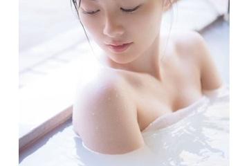 白石麻衣の入浴で裸になったおっぱい