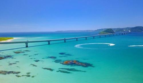 角島大橋(山口県)に広がるコバルトブルーの海に海外感動「本州に青い海が」「天国へのハイウェイ」