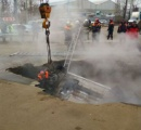 道路が突如陥没し車ごと転落した2人が地下に埋め込まれたパイプの熱水を浴びて即死