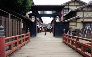 京都の映画村でセットを見学