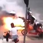【動画】中国、交差点で信号待ちの電動バイク、突然、煙吐き出し、いつもの発火~!