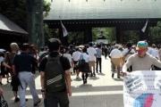 靖国神社前で1人デモをしていた韓国人男性、殴る蹴るの暴行受ける