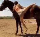 馬に乗るのがへったくそな女 馬が呆れて背を低くし「さっさと乗れ」と言わんばかりの対応