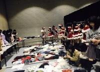 【朗報】高橋みなみ、AKB握手会場に登場!メンバー達に私服を配給!