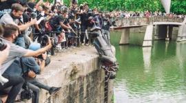 【英国】奴隷商人の像、反人種差別デモで引き倒され川に捨てられる