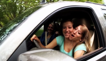【動画】2人の体が結合した結合双生児の女性、小学校の先生になってクルマも運転する