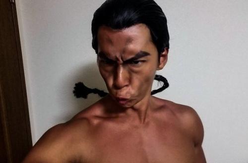 NHK「筋肉体操」の小林弁護士、『グラップラー刃牙』の烈海王のコスプレを披露 のサムネイル画像