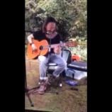 『トムヨークが隣人宅で弾き語り』の画像