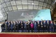 【ASEM】韓国の文大統領、首脳団体写真の撮影に間に合わず…卒業写真に欠席してマル囲みの子になってしまう(写真あり)