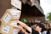 【リスカブス】韓国人がソウルの日本大使館を襲撃 壁に大量の手紙を貼り付ける