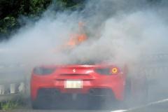 「赤いフェラーリが燃えている」