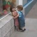 【動画】 何度拒否られても不屈の精神で言い寄る幼い男の子
