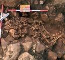 【画像】抱き合う若い男女の埋葬遺骨、ディロスの先史遺跡で発見