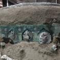 前例のない大発見!2000年前の古代ローマの四輪馬車がほぼ完全な状態で発掘される(ポンペイ)