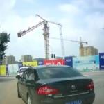 【動画】中国、建設現場で作業中のタワークレーンが突然、折れる!グシャッと倒壊! [海外]