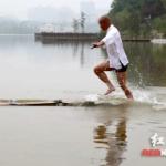 【中国】少林寺の武僧、120mの「水上歩行」に成功!