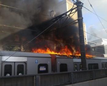 【悲報】小田急線、火事現場で停止してしまい火が移り炎上(画像あり)