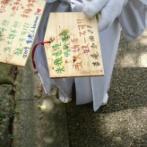 中国人が神社で香港人の絵馬を捨てる→日本人が回収して元通りに!