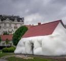 庭園に「太った家」が出現?ウィーンの宮殿で彫刻作品展示