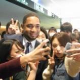 『【野球】DV・離婚騒動のバレンティン、女子高生から「アイラブユー」攻め 羽田空港で黄色い声援浴びる』の画像