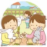『【クリップアート】どうぶつとふれあう子どもたちのイラスト』の画像