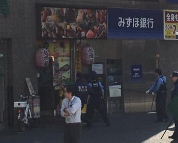 【速報】代々木駅西口付近で花火と消化器を持った人物が立てこもり警官も出動(現場画像あり)