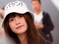 【画像】タイの国民的アイドルさん、変な日本語の帽子をかぶって来日