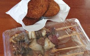 精肉店で買った焼き鳥とコロッケ