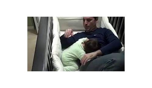 泣く子供を見事に寝かす方法が画期的かと(一旦は)世界が称賛、しかし、そこから困った問題が・・
