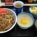 【画像】日本人「日本では牛丼に生卵をかけて食うんだぜ」外国人「ファッッ!?」