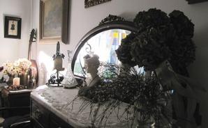 アールヌーボーの婦人像と家具
