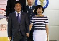 【画像】安倍総理、憔悴した表情で外遊から帰国。昭恵さんは元気いっぱいワロタw