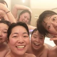「ワタナベ女子会」お風呂場での集合写真を公開 顔を隠しているのは?