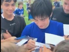 【 動画 】ポルト中島翔哉さん、すでに大人気!? サイン攻めに遭う!