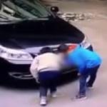 【動画】中国、悪ガキが爆竹を車のエンジンルームの中に詰め込むイタズラ!車が炎上 [海外]