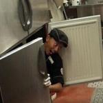 【ステーキハウス・ブロンコビリー】冷蔵庫の中に入ったバカのせいで、アルバイト22人全員解雇www