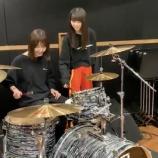 『【乃木坂46】曲がって見えるやつw 齋藤飛鳥にドラムレッスンを受ける和田まあや、動画が公開wwwwww』の画像