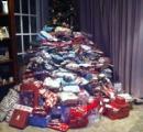 子供にあげる300個のクリスマスプレゼントを積んだ写真をアップ → ネット民に叩かれまくる
