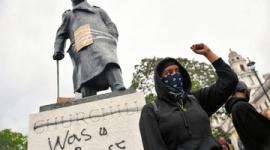 【ポリコレ】英雄?人種差別主義者? チャーチル像巡り対立…極右暴徒化でロンドン中心部が封鎖