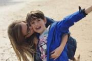 【英国】運転中の母親が意識不明、8歳少年がハンドルを ハザードランプを点灯させ車を路肩へ  時速約100キロで