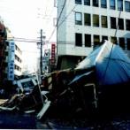 【画像】阪神大震災で崩壊したビルの前でぼう然と立ち尽くす安田大サーカス団長